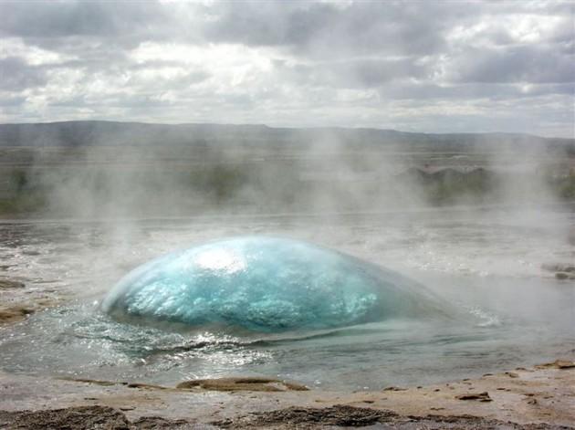 #6 - Um Gêiser a beira da erupção.