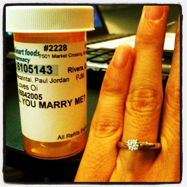 É o que acontece quando uma mulher encomenda um medicamento na farmácia do namorado ;)