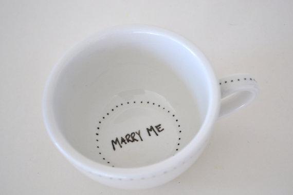 Use uma xícara. Assim, quando ela terminar de tomar o café... surpresa!