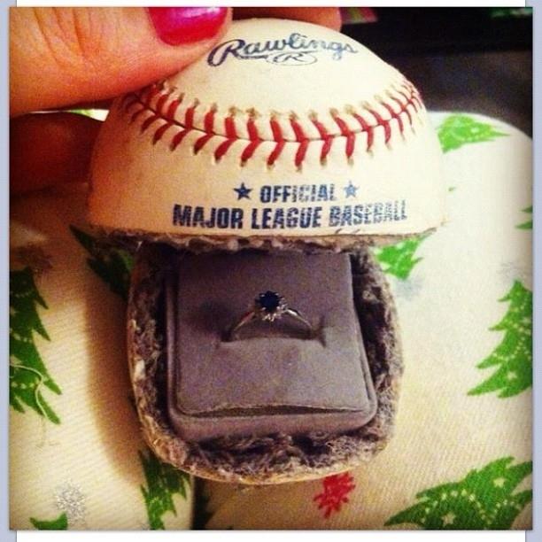 Você pode usar uma bola de beisebol para guardar o anel.