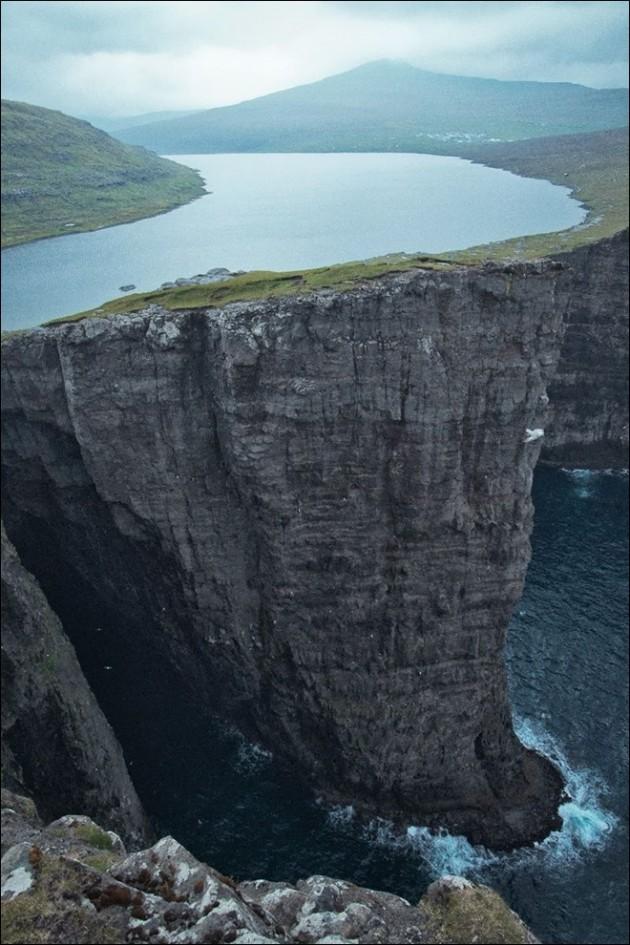 #11 - Lago de Sorvagsvatn, localizado na Ilha de Vágar.