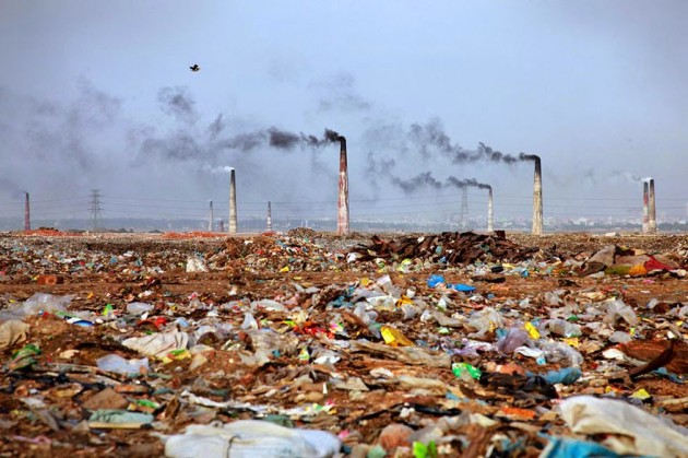 Paisagem cheia de lixo em Bangladesh
