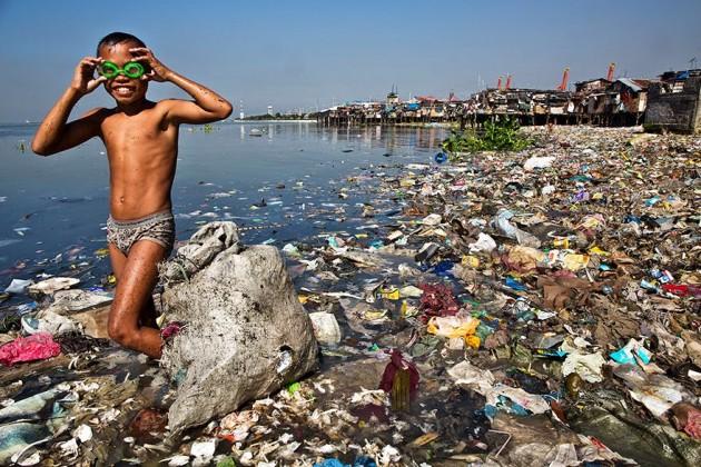 Esse menino passa toda manhã procurando plástico reciclável para vender e ajudar sua família. Mesmo assim ele não desiste de sorrir :)
