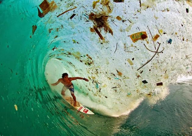 Surfando em uma onda de lixo em Java (Indonésia)