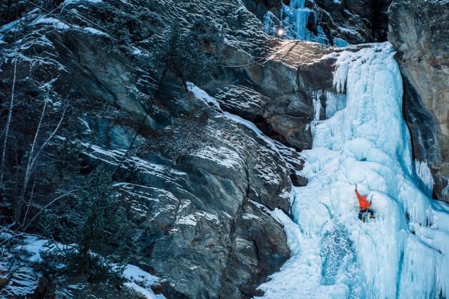 Fotógrafo registra como é o dia a dia perigoso de pessoas escalando Alps 1