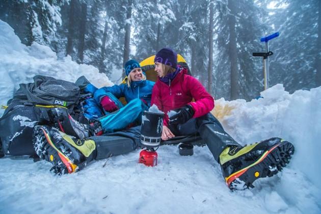 Fotógrafo registra como é o dia a dia perigoso de pessoas escalando Alps3