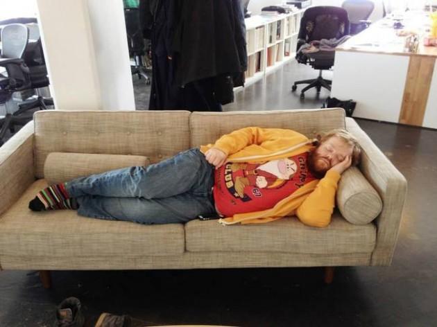 homem-dorme-no-trabalho-e-amigos-editam-sua-foto-1
