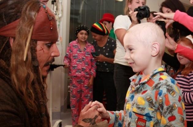 Johnny Depp visita hospital vestido de Jack Sparrow e emociona crianças com câncer.