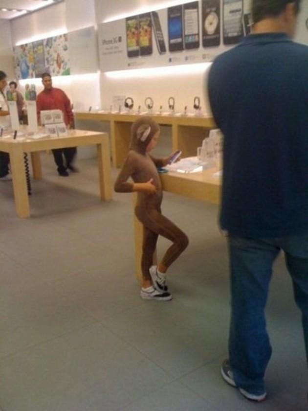 15 Coisas e pessoas malucas flagradas dentro das lojas da apple 12
