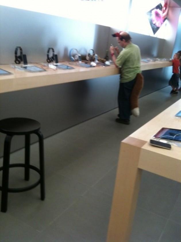 15 Coisas e pessoas malucas flagradas dentro das lojas da apple 13