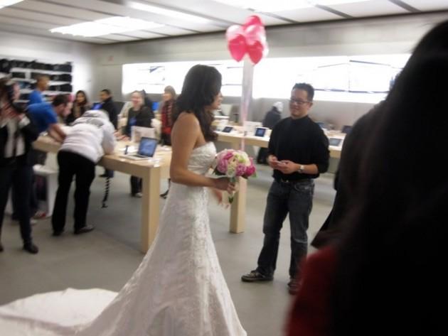 15 Coisas e pessoas malucas flagradas dentro das lojas da apple 14