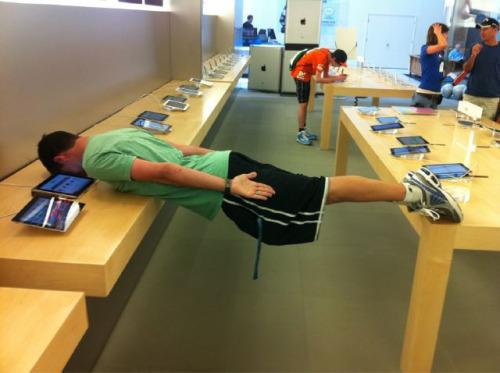 15 Coisas e pessoas malucas flagradas dentro das lojas da apple 15