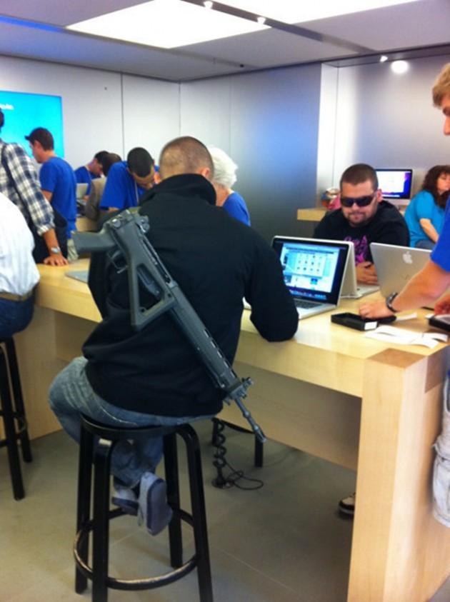 15 Coisas e pessoas malucas flagradas dentro das lojas da apple 7