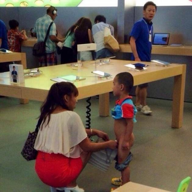 15 Coisas e pessoas malucas flagradas dentro das lojas da apple 9