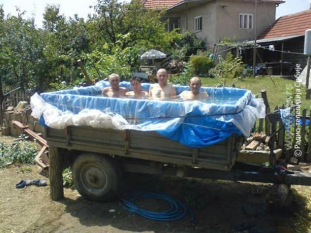 16 Imagens provam o quanto somos criativos na hora de se refrescar na piscina 11