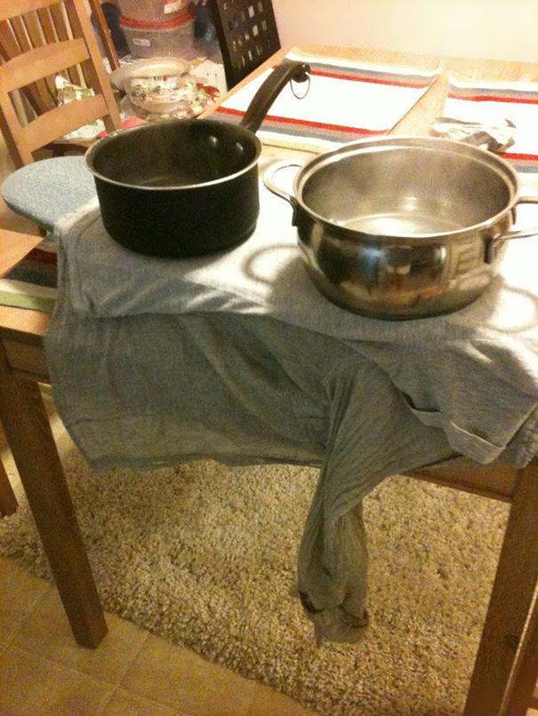 Na hora de passar uma camiseta com panela quente.