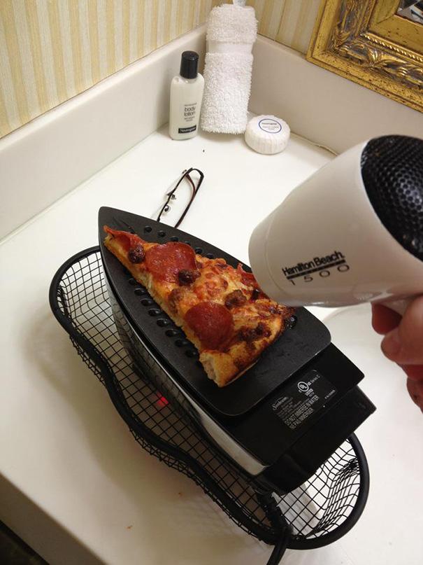 Esquentando uma pizza no Ferro de passar e no secador de cabelo.