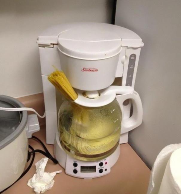 Fazendo um macarrão na cafeteira.