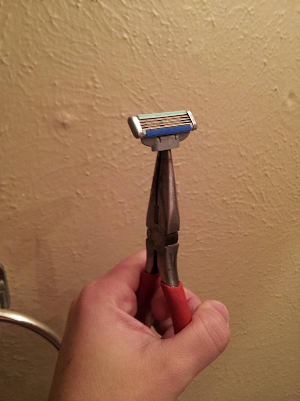 Quebrou o barbeador? Use um alicate.