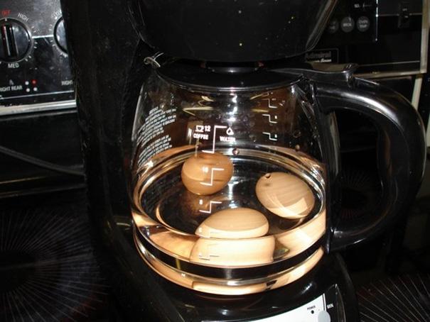 Pra cozinhar um ovo na cafeteira.