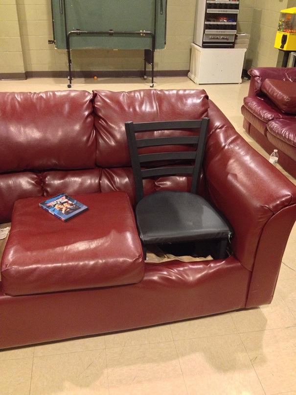 Na hora de arrumar o sofá