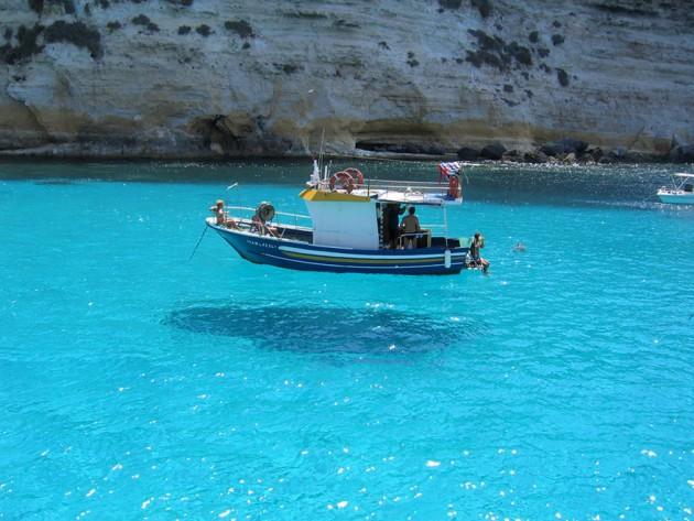 Esse barco parece estar flutuando no ar, mas é só um clique no angulo certo com sombra.