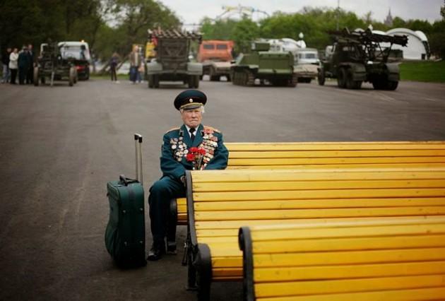 O Solado Konstantin Cronin, de 86 anos, lutou na 2ª Guerra mundial e espera solitariamente seus colegas da vitória de Gorky, durante o Dia da Vitória em Moscou.