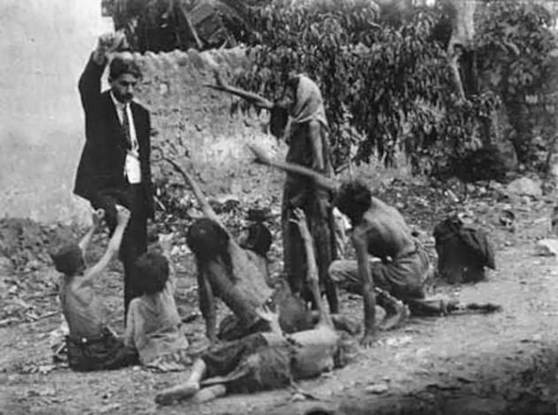 Oficial da Turquia provocando crianças famintas da Armênia. Nessa foto chocante, ele mostra às crianças um pedaço de pão durante um genocídio em 1915.