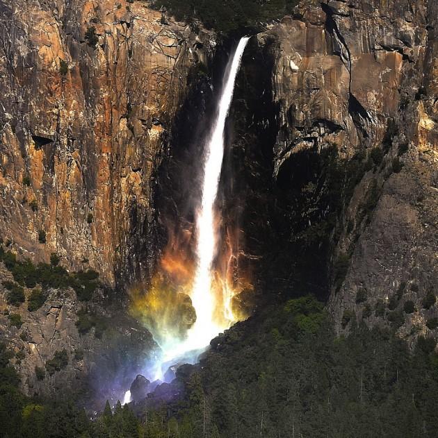 Cachoeira no Parque Nacional de Yosemite, na Califórnia.   Veja mais aqui: http://misteriosdomundo.org/essas-20-fotos-bizarras-parecem-falsas-mas-elas-sao-absolutamente-reais/#ixzz3nkxseyXV