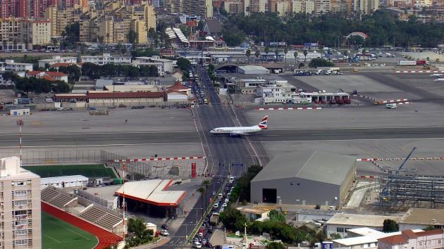 A pista do Aeroporto Internacional de Gibraltar com uma avenida a cruzando.