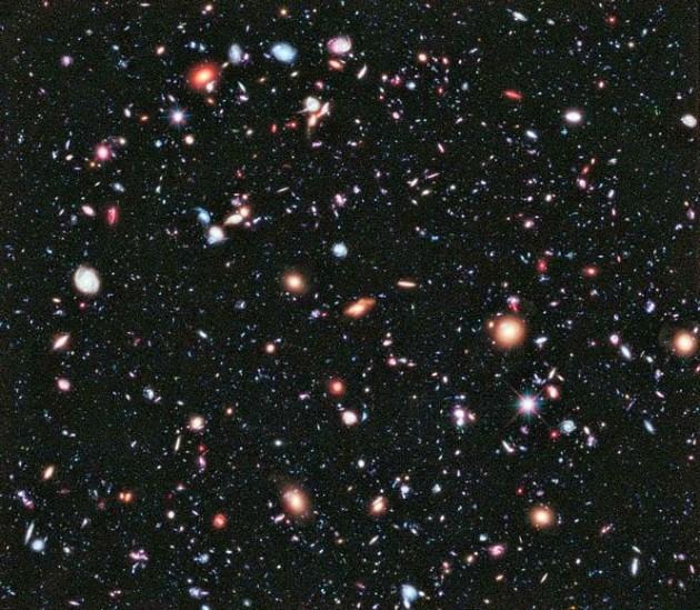 Estamos sozinhos? Foto tirada de um telescopio mostra milhares de galáxias a mais de 10 bilhões de anoz-luz de distância.