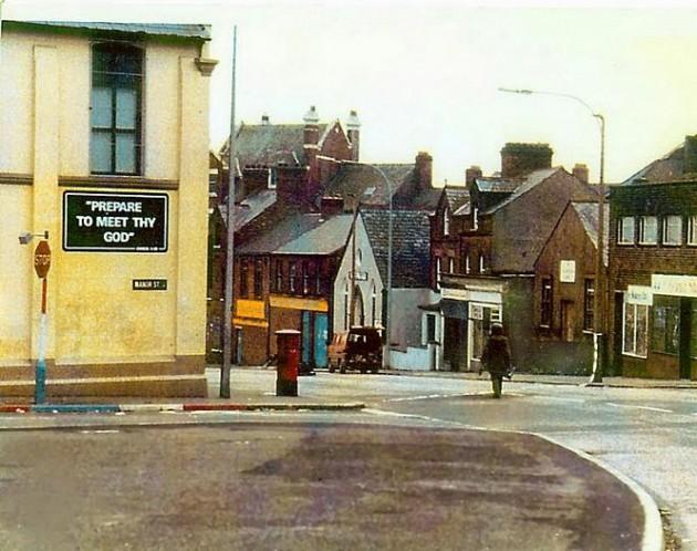Soldado indo desativar um carro-bomba na Irlanda.