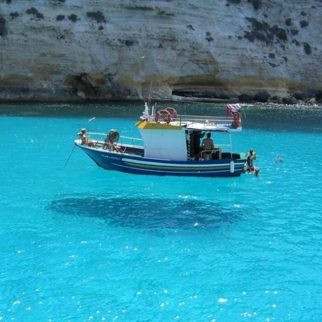 Barco flutuante em Menorca, Espanha.