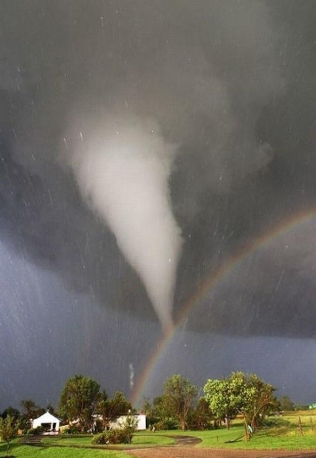 Tornado e um arco-íris sobre o Kansas, EUA