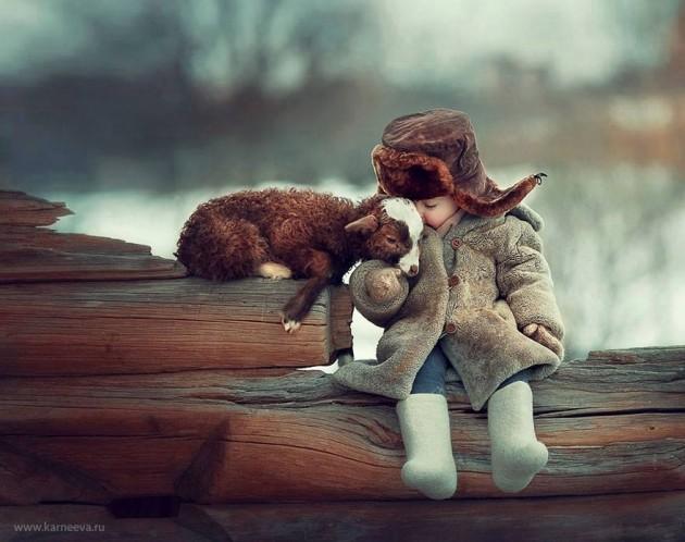 #2 - A fotógrafa Elena Karneeva registrou fotos de crianças com seus animais de estimação no frio da Europa.