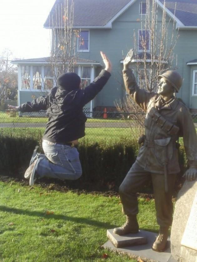 pessoas-que-sabem-tirar-fotos-com-estátuas-03-630x839