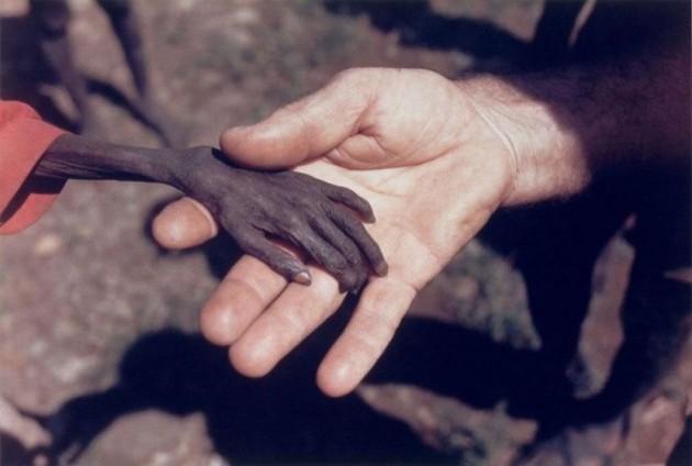 Garoto faminto e missionário na África