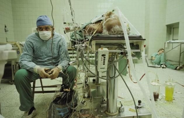 Cirurgião cardíaco depois de 23 horas de duração (com sucesso) transplante de coração. Seu assistente está dormindo no canto.