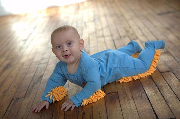 #3 - Seu filho engatinha e te ajuda a limpar a casa.
