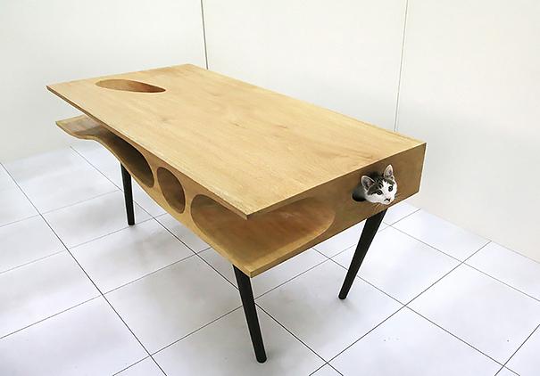 Mesa com alojamento para gatos.