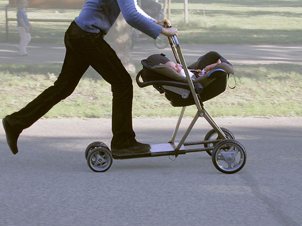 Carrinho de bebê com Skate.