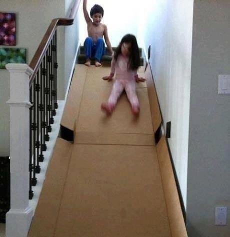 #4 - Use uma caixa de papelão dura para fazer um escorregador nas escadas.