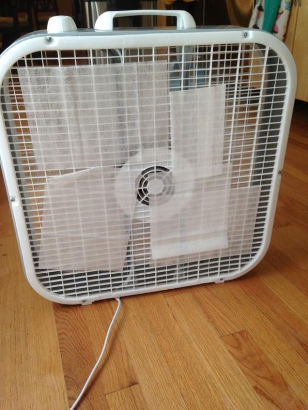 #3 - Se o seu quarto tiver com um mau cheiro, coloque um lenço umedecido (daqueles de neném) no ventilador.
