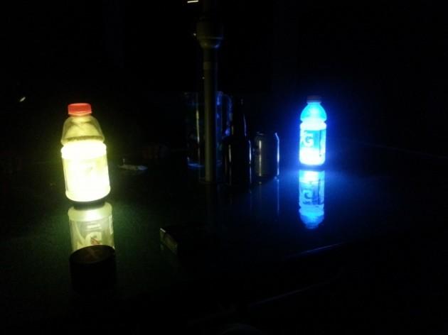 #6 - Se acabar a luz, você pode criar uma luminária improvisada com a lanterna do celular, basta coloca-lo debaixo de uma embalagem com liquido