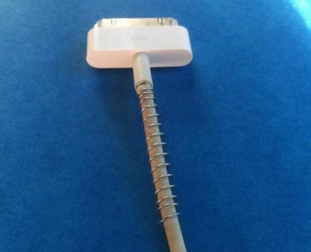 #1 - Coloque uma mola de caneta para evitar com que seu cabo de bateria fique torcido.