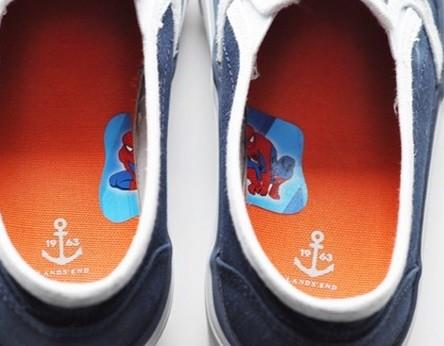 #8 - Para ajudar colocar o sapato do jeito certo, corte um adesivo em dois e coloque na parte de dentro do sapato.