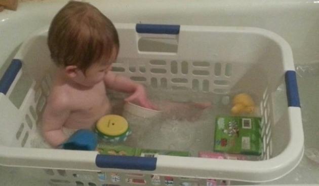 #5 - Use uma cesta de lavar roupa na banheira para que os brinquedos não se percam