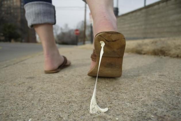 #10 - Quando você pisa no chiclete e ele gruda em seu pé.