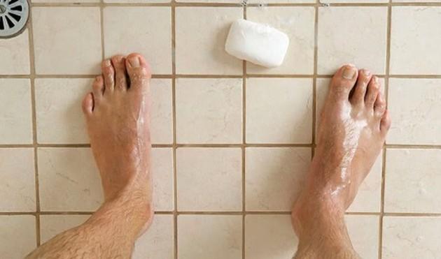 #6 - Quando o sabonete cai no chuveiro.