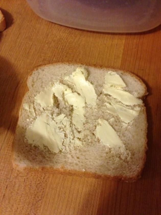 #7 - Quando a manteiga está gelada e é impossível espalhar no pão.